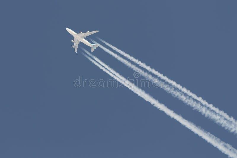 Contrail saindo de Boeing 747 imagens de stock royalty free