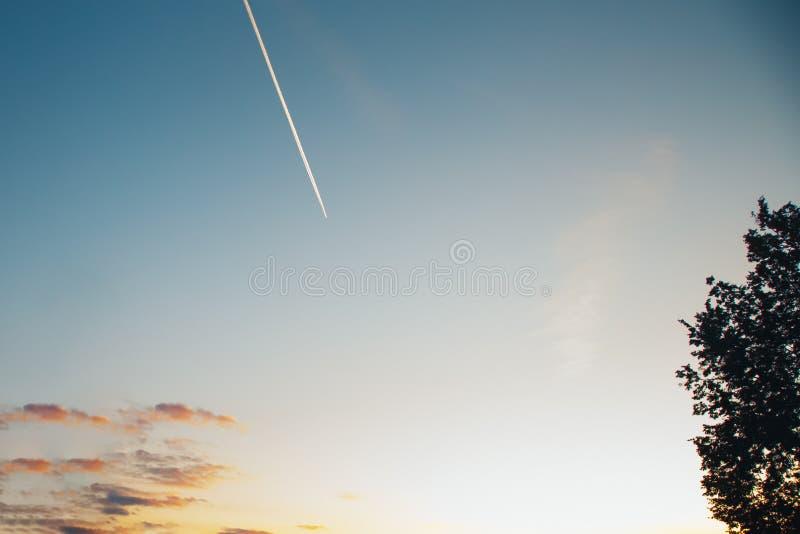 Contrails στο σαφή ουρανό ηλιοβασιλέματος στοκ εικόνα