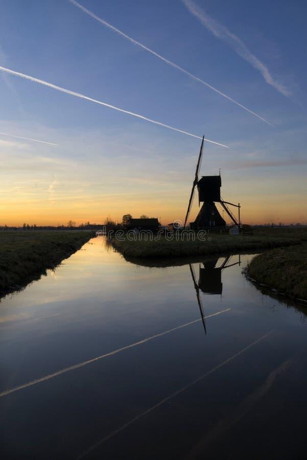 Contrails boven de Scheiwijkse-molen stock foto