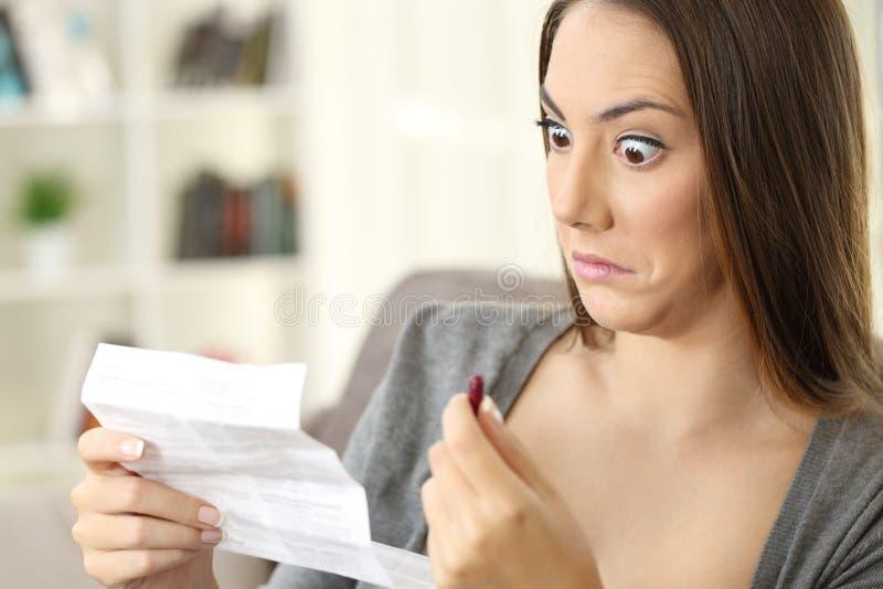 Contraindicaciones chocadas de la lectura de la mujer de un prospecto de una cápsula fotografía de archivo libre de regalías
