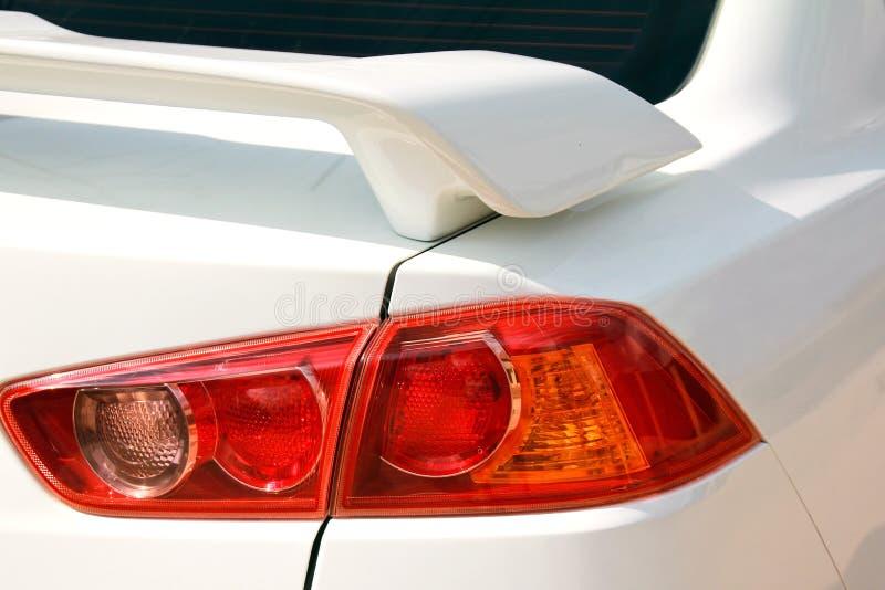 Contraluz y alerón rojos del coche foto de archivo