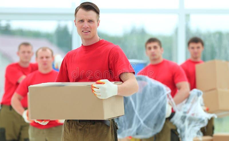Contramestre e trabalhadores com as caixas dos materiais de construção imagens de stock royalty free
