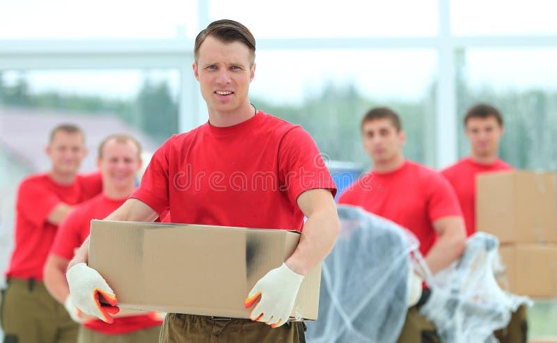 Contramestre e trabalhadores com as caixas dos materiais de construção foto de stock royalty free