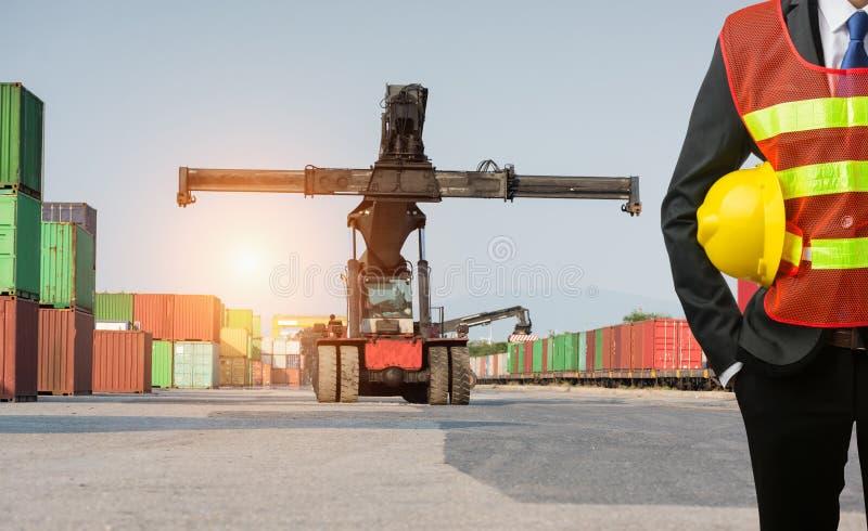 Contramestre ou suporte de trabalho do homem de negócios na empilhadeira dianteira que carrega C foto de stock