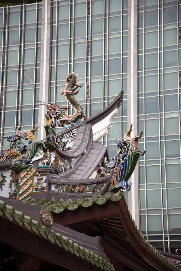Contrapponga fra la facciata ed il tempio di vetro moderni di cinese fotografie stock libere da diritti
