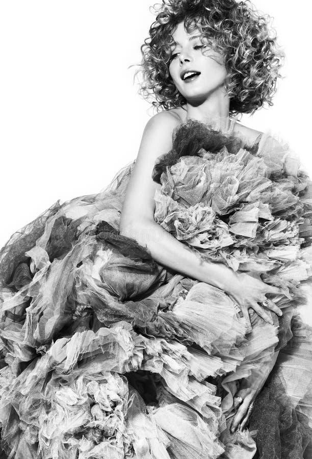 Contrapponga l'immagine in bianco e nero di bella giovane donna in un vestito voluminoso immagini stock libere da diritti
