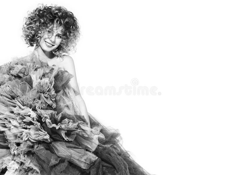 Contrapponga l'immagine in bianco e nero di bella giovane donna in un vestito voluminoso fotografia stock libera da diritti