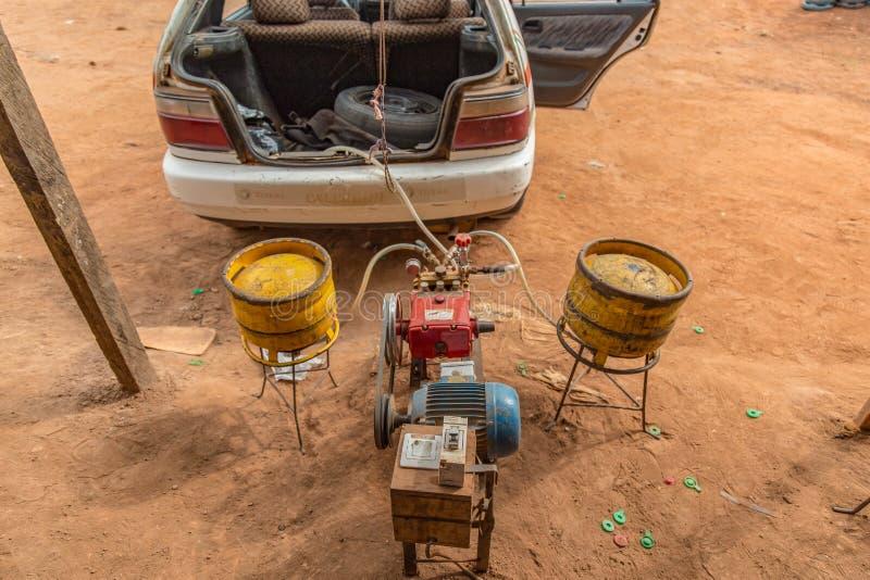 Contraption för att tanka gasbehållare i taxi i den Yamoussoukro Elfenbenskust fotografering för bildbyråer