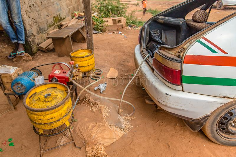 Contraption för att tanka gasbehållare i taxi i den Yamoussoukro Elfenbenskust arkivfoton