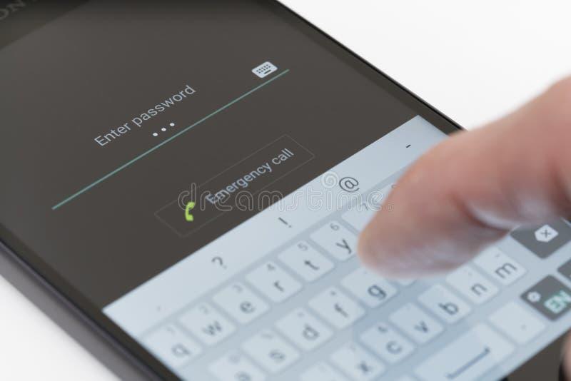 Contraseña que entra en el teléfono de Android fotografía de archivo libre de regalías