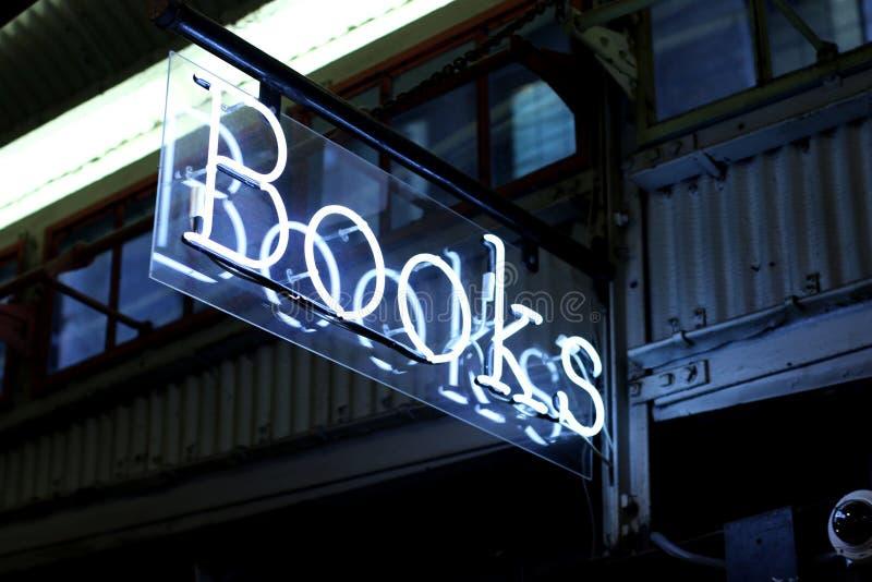 Contrassegno del neon dei libri immagine stock
