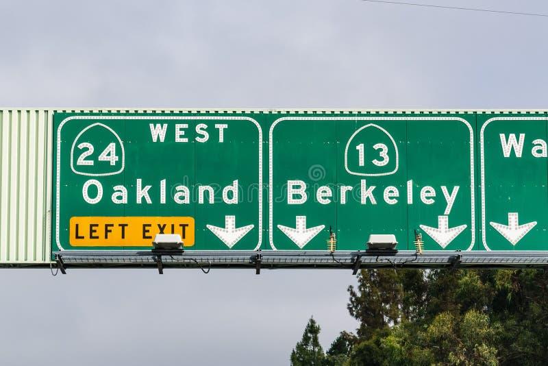 Contrassegno dell'autostrada senza pedaggio che fornisce informazioni sui vicoli che vanno ad Oakland ed a Berkeley; Area di San  immagine stock libera da diritti