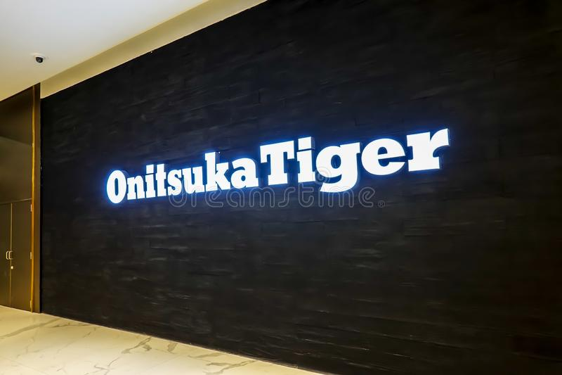 Contrassegno di logo del deposito di modo della tigre di Onitsuka nel grande magazzino è una delle società più vecchie della scar fotografia stock libera da diritti