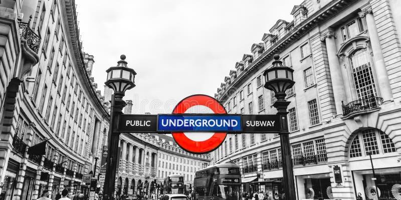 Contrassegno sotterraneo della via del tubo della stazione del circo di Piccadilly, Londra, Inghilterra, Regno Unito immagini stock libere da diritti