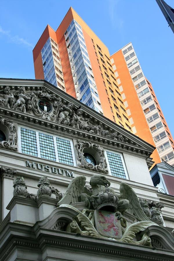 Contrast tussen oude en nieuwe architectuur, Holland stock foto