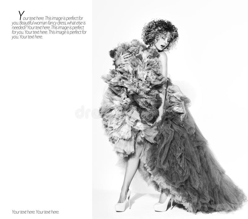 Contrast zwart-wit portret van het mooie jonge vrouw stellen in lange kleding stock fotografie