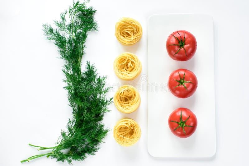 Contraste alineado de tomates rojos en una placa fotografía de archivo libre de regalías