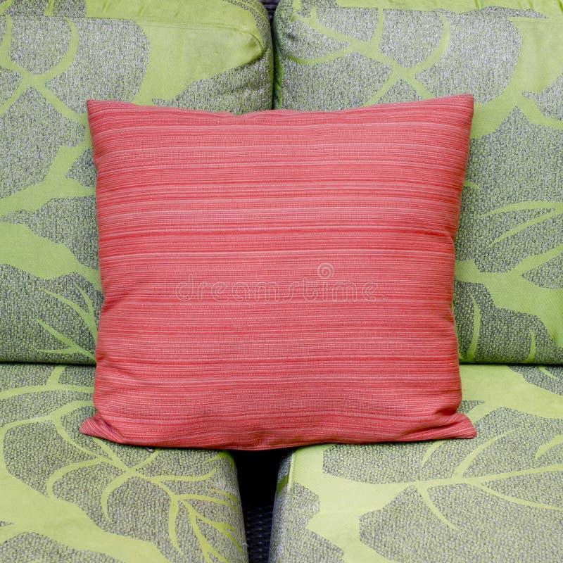 Contraste cores de uma sala de visitas moderna com sofá verde e vermelho fotos de stock royalty free
