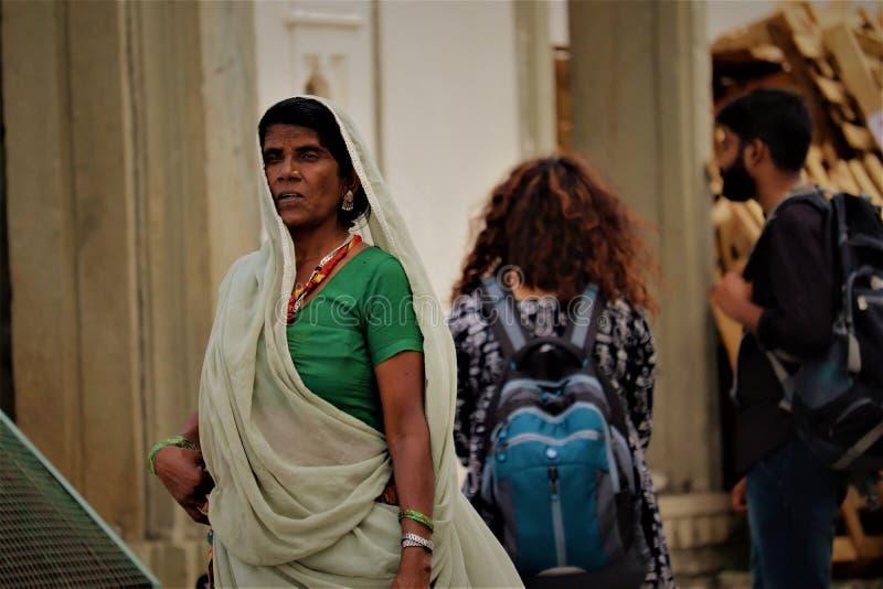 Contraste de culture indienne dans le même cadre photo libre de droits