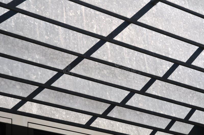 Contraste de la luz y de la sombra en un p?rtico del metal foto de archivo