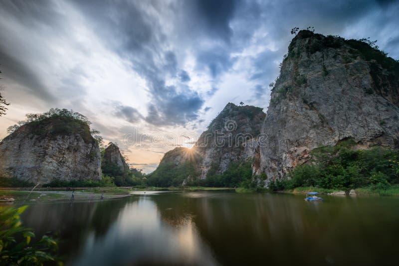 Contraste de la montaña de la serpiente alto y del paisaje del río imagen de archivo