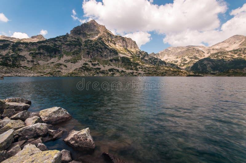 Contraste de lumière de lac mountain photo libre de droits