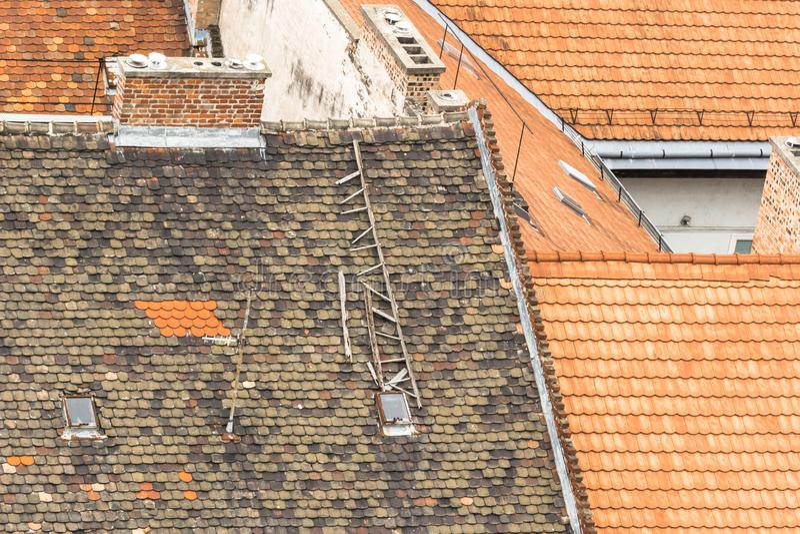 Contraste de tejas rotas y nuevas imagen de archivo libre de regalías