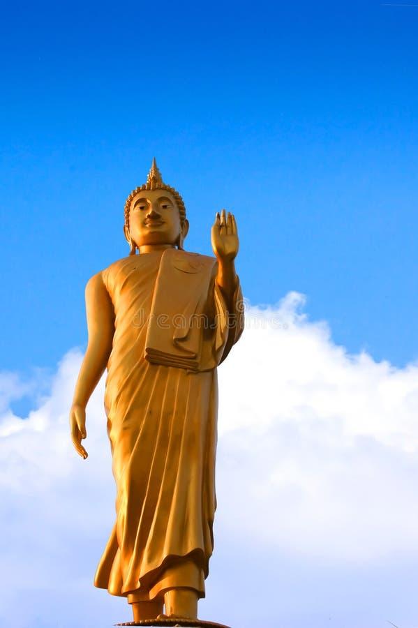 Contraste espectral da Buda dourada com o céu e as nuvens imagens de stock