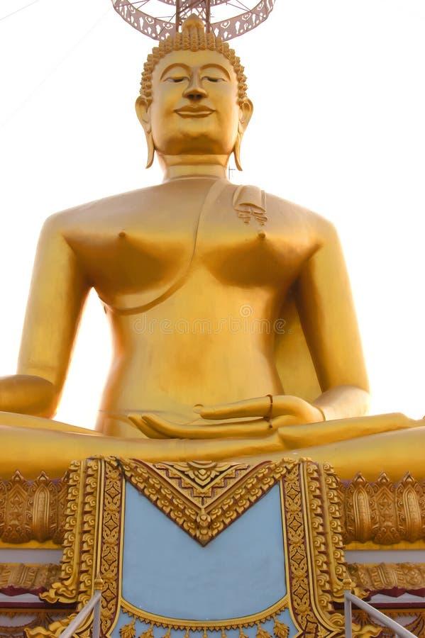 Contraste espectral da Buda dourada com o céu e as nuvens fotos de stock