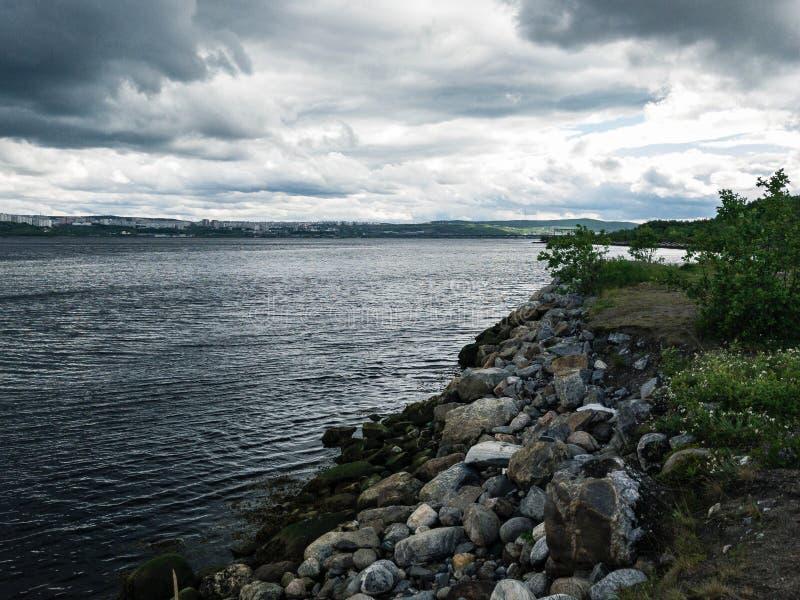 Contraste la bella escena con la isla verde entre la bahía del mar y el cielo azul fotografía de archivo libre de regalías