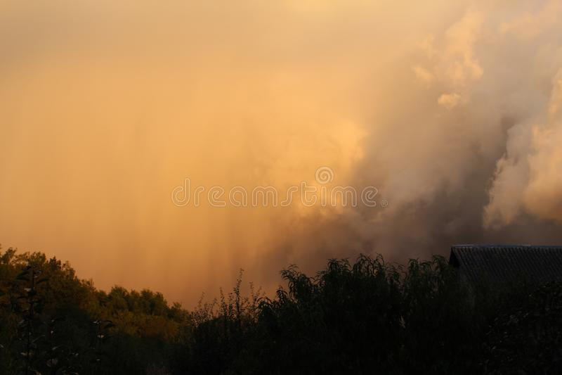 Contraste sur un horizon orageux photo libre de droits