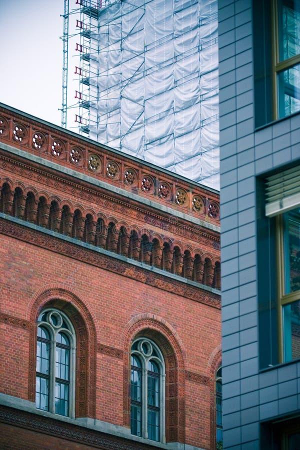 Contrastes arquitectónicos imagen de archivo
