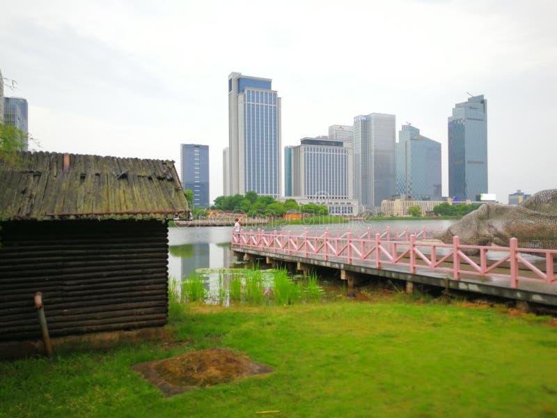 Contrastes de ciudades: Construcción de madera y rascacielos de cristal fotos de archivo libres de regalías