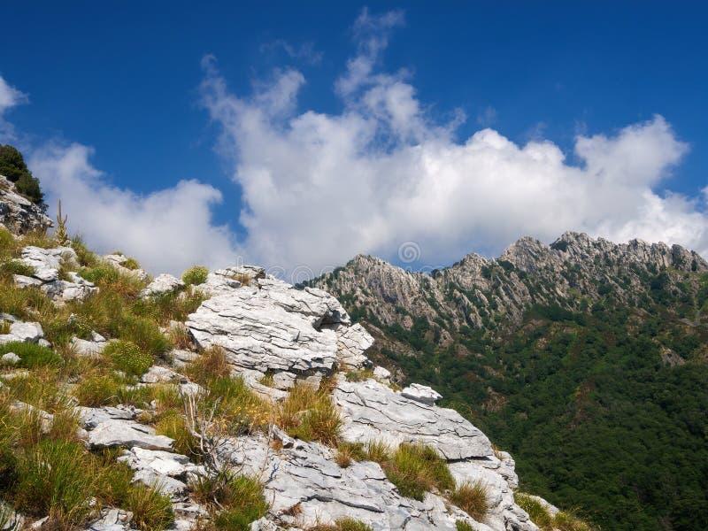 Contrastes geológicos en las montañas de Apuan, Alpi Apuane, cerca del paso de montaña de Vestito Massa Carrara, Italia, Europa fotografía de archivo libre de regalías