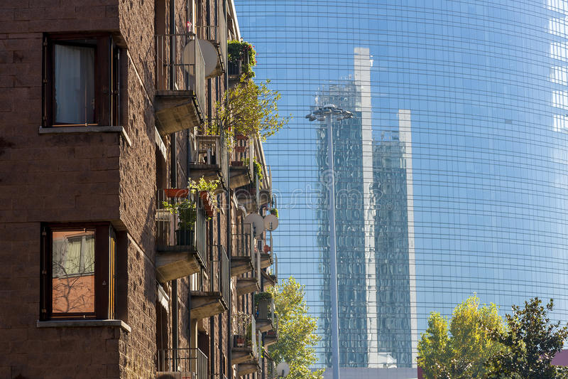 Contrastes y reflejos en Milán foto de archivo