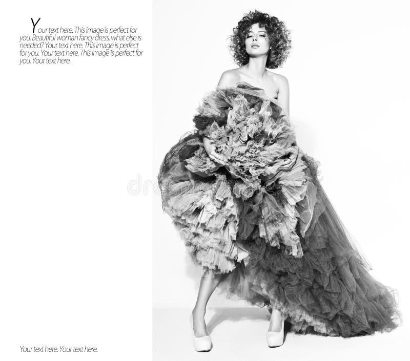Contrastez le portrait noir et blanc de la jeune pose gracieuse sexy de femme image libre de droits