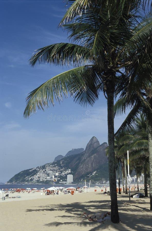 Contrasto fra ricchezza e povertà: Spiaggia e favela di Ipanema, fotografie stock