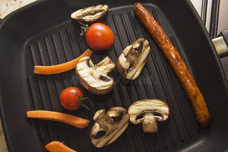 Contrastvlees en groenten bij de grill stock afbeelding
