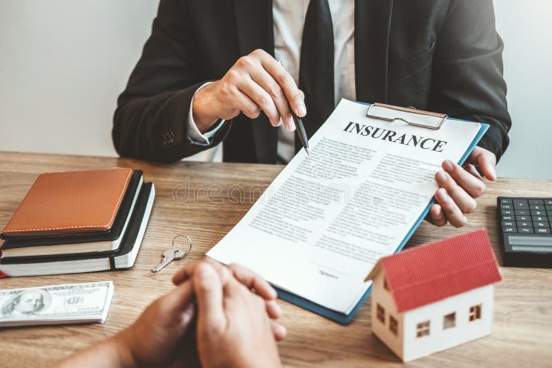 Contrat d'accord de signe de consignataire et de client, concept de maison d'assurance photo stock