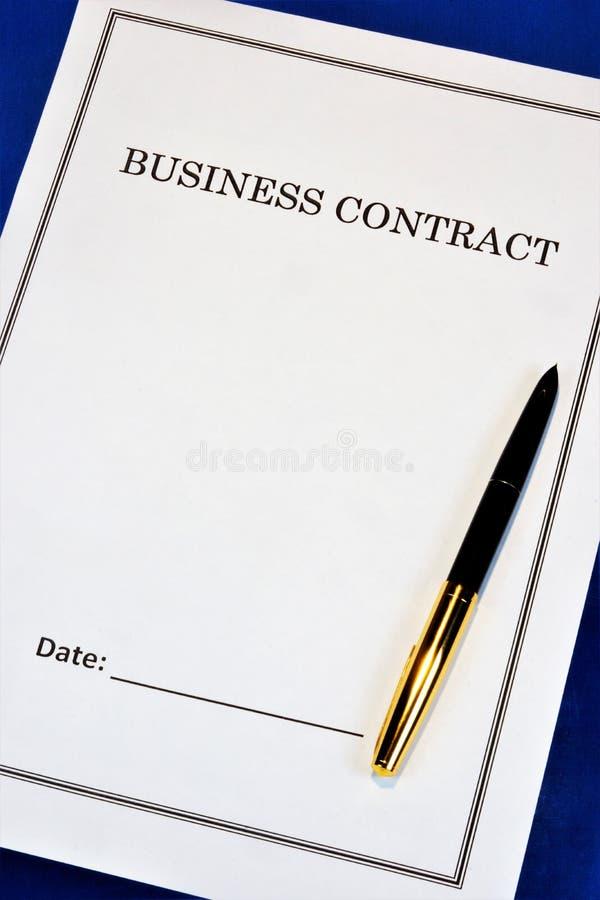 Contrat d'affaires - bénéfice financier, stratégie réussie de bureau Sur le bureau, le stylo, la forme du document à signer image libre de droits