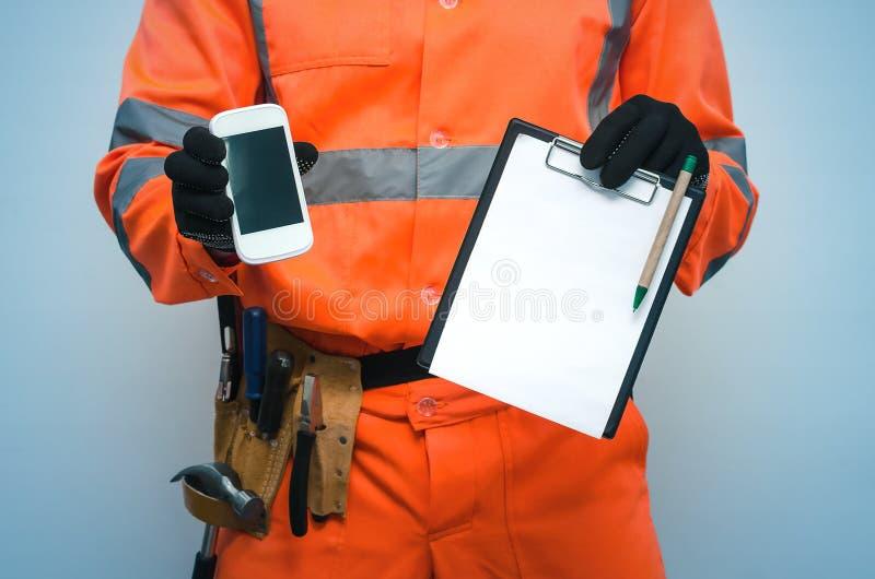 Contrat de construction Appel de liste de difficulté à un homme de réparation photos stock