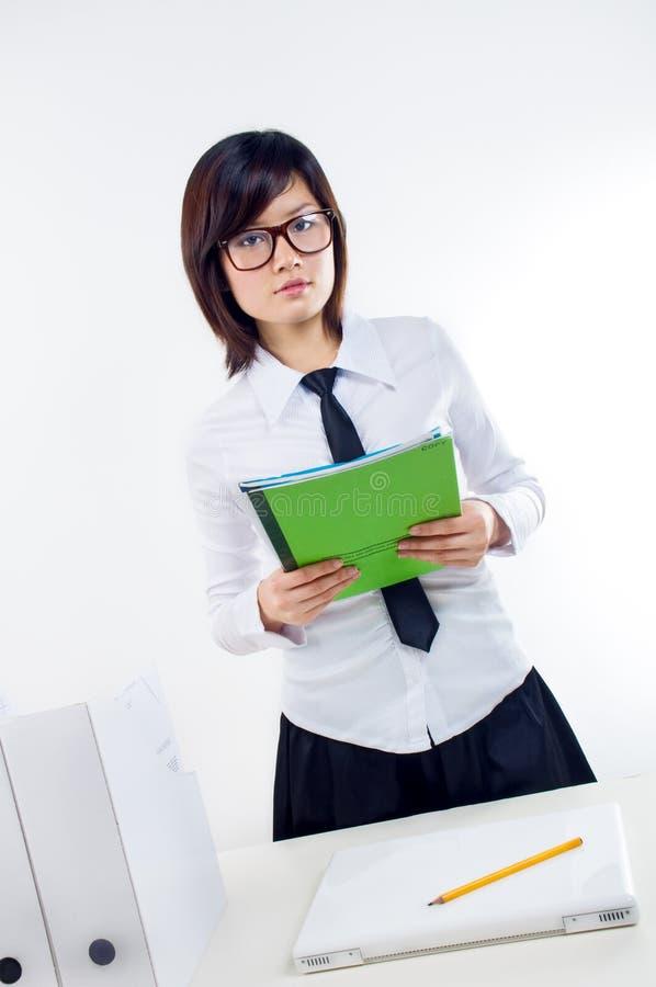 Contrat de fixation de femme d'affaires photo stock