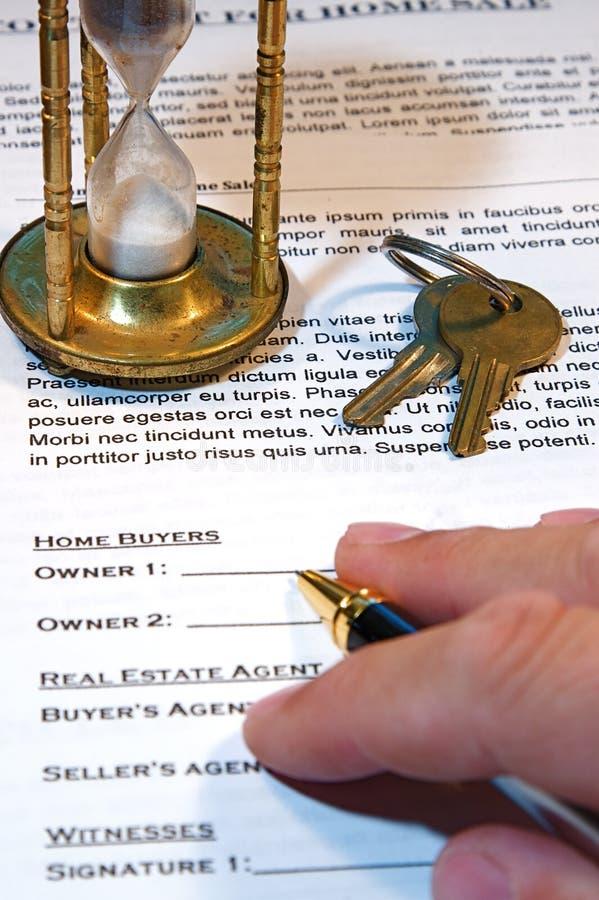 Contrat de la vente à la maison images stock
