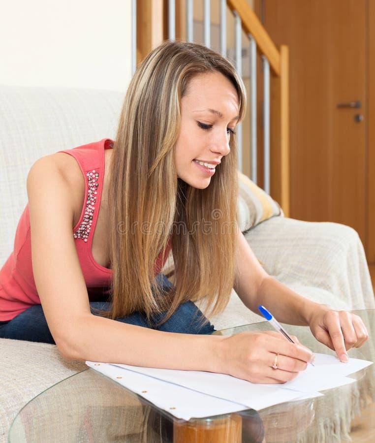 Contrat de lecture de jeune femme pour le nouvel appartement photos libres de droits