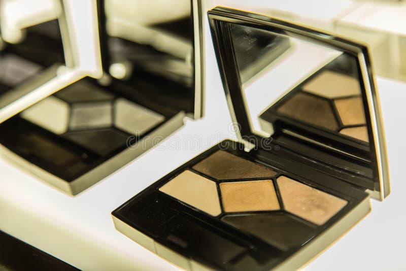 Contrat de poudre cosmétique de maquillage de visage dans la forme carrée avec un miroir photo stock