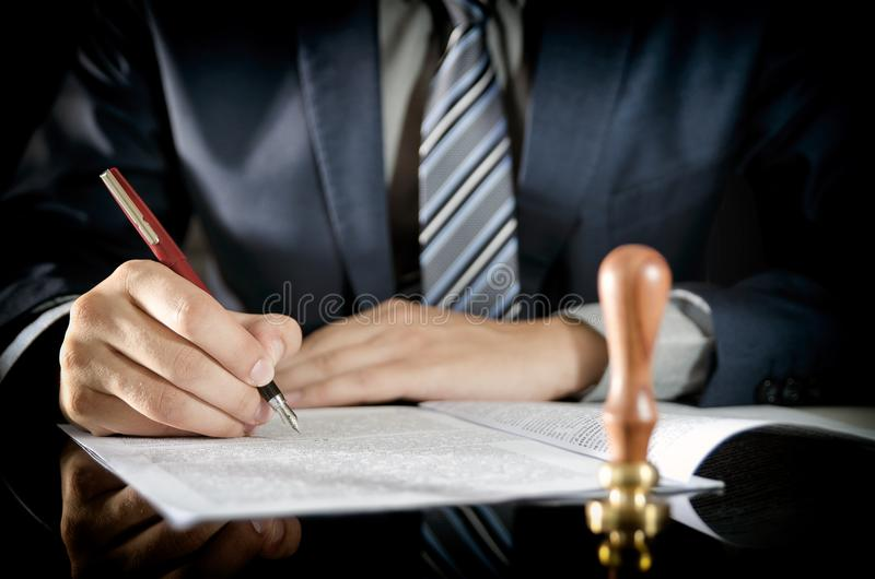 Contrat de signature d'avocat, notaire, accord d'homme d'affaires photographie stock