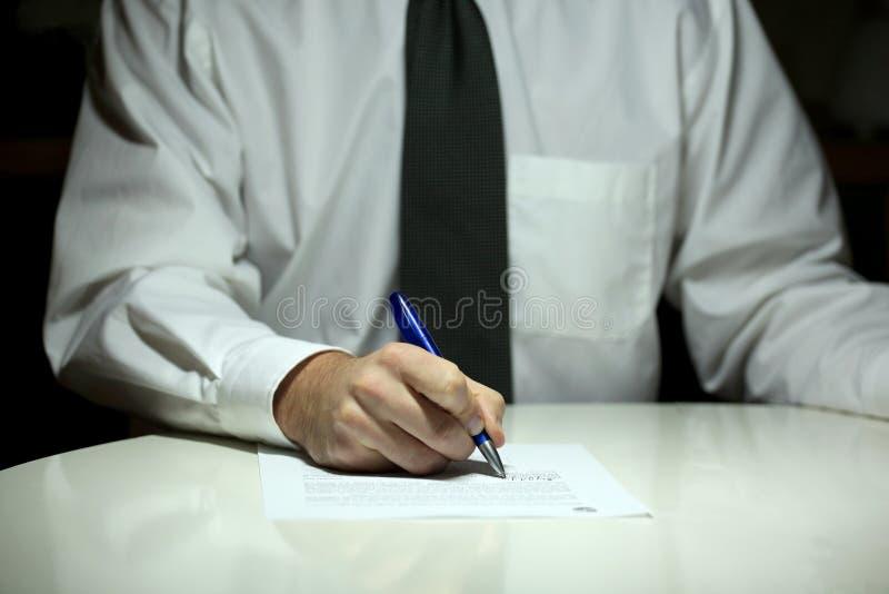 Contrat de signature d'homme d'affaires images libres de droits