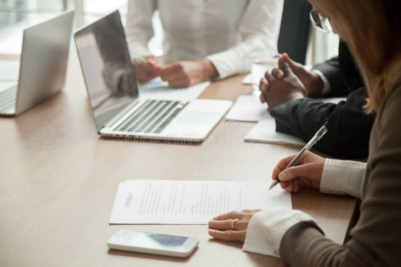 Contrat de signature de femme d'affaires faisant l'affaire avec des associés, fin photos stock