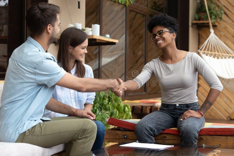 Contrat de signature de jeunes couples avec d'agent immobilier ou de mariage le planificateur dedans image libre de droits