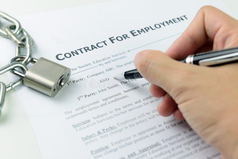 Contrat de travail de signature photos libres de droits